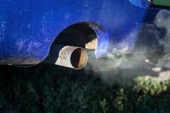 Humos de la combustión que salen del tubo de escape del coche fotografía de archivo