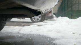 Humos de la combustión que salen del tubo de escape del coche almacen de video