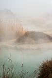 Humos a partir de aguas termales en el Rupite, Bulgaria Imagen de archivo