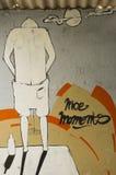 Humourous grafitti på väggen Royaltyfri Bild