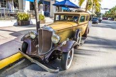 Humprey Bogart雕象作为司机的在一辆老葡萄酒汽车p 免版税库存照片
