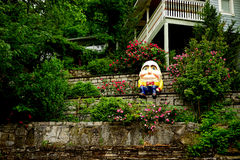 Humpty Dumpty op een horizontale muur - stock foto