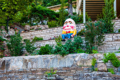 Humpty Dumpty op een Muur Humpty Dumpty wordt gezeten had een grote Daling die Stock Fotografie