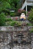 Humpty Dumpty på en vägg - lodlinje Arkivfoton