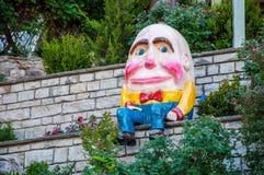 Humpty Dumpty SAT auf einem Wand-Abschluss oben Stockbild