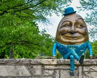 Humpty Dumpty Sat em uma parede foto de stock royalty free