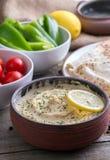 Humus in eigengemaakte komchapati en groente stock afbeelding