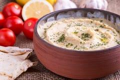 Humus in eigengemaakte komchapati en groente stock foto