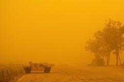 Humvee en tempestad de arena Imagen de archivo