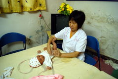 Hunan china: doctor nursing newborns Stock Photography