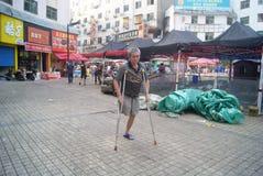 Hunan Huaihua, Kina: gå för rörelsehindrad person arkivbilder