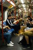 Hund auf dem Boden im U-Bahnauto am 3. Juni 2018 in London stockfotografie