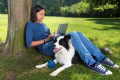 Hund, der auf ein Ballspiel wartet Lizenzfreie Stockbilder