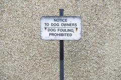Hund, der das Mitteilungszeichen verboten verschmutzt stockfotos