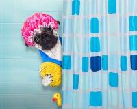 Hund in der Dusche lizenzfreie stockfotos