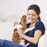 Hund, der Frau küßt Stockfoto