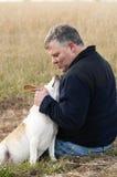 Hund, der seinen Meister anstarrt Lizenzfreie Stockfotografie
