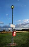 Hund, der Zeichen und Behälter verschmutzt Lizenzfreie Stockfotografie