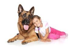 Hund des jungen Mädchens und des Schäferhunds Stockfotografie