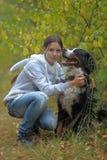 Hund för Bernese berg och tonårs- flicka för flicka Arkivbild