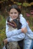 Hund för Bernese berg och tonårs- flicka för flicka Arkivfoton