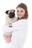 Hund för mops för lycklig veterinär för ung kvinna som hållande isoleras på vit Royaltyfri Bild