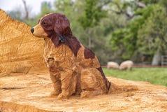 Hund, geschnitzt vom Stamm eines gefallenen Baums lizenzfreie stockfotografie
