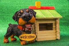 Hund med inskriftvälkomnandet Royaltyfri Foto