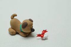 Hund och ett ben som binds upp av en musikband Royaltyfria Bilder