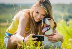 Hund och kvinna - lyckliga minnen Royaltyfria Foton