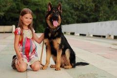 Hund och unge Fotografering för Bildbyråer