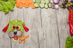 Hund som göras av nya grönsaker på trätabellen Fotografering för Bildbyråer