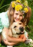 hund som omfamnar flickan Royaltyfri Bild