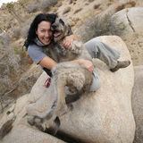 hund som omfamnar flickan henne Arkivbilder