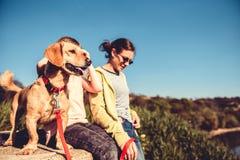 Hund und Familie, die draußen genießen Stockbilder