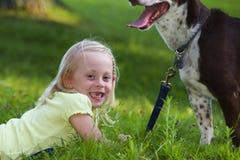 Hund und Kind Lizenzfreies Stockfoto