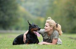 Hund und Mädchen Stockbild