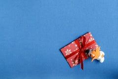 Hund vom Plasticine mit einem Umschlag Stockbild
