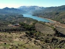Hunda el depósito de Tranco, el Tranco de Beas, el parque natural el Sierras de Cazorla, Segura y los chalets de Las Jaén, Andalu fotografía de archivo