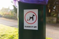 Hundavfalls gör ren upp tecknet på den plast- soptunnan royaltyfri bild
