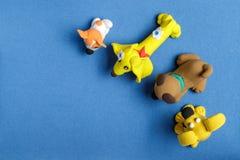 Hunde vom Plasticine auf einem blauen Hintergrund Lizenzfreie Stockfotos