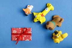 Hunde vom Plasticine mit einem Umschlag auf einem blauen Hintergrund Lizenzfreies Stockbild