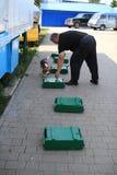 Hundeführer werden in den Zollhunden ausgebildet, um Drogen und nach Waffen zu suchen Stockfoto