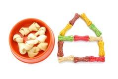 Hundefutterschüssel und -hundehütte Stockbilder