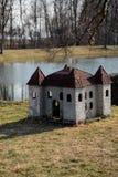 Hundehütte in Form eines Schlosses auf der Flussbank in einem Park stockfotografie