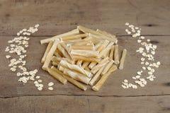 Hundeknochen auf hölzernem Hintergrund es ist Snack für Hund lizenzfreie stockfotografie