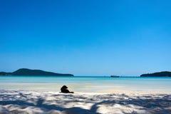 Hunden ligger på stranden på den trevliga soliga sommardagen Koh Rong Sanloem ö, saracensk fjärd Cambodja Asien arkivbild