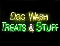 hunden stoppar treatswash Royaltyfri Bild