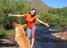 Hundeperspektive einer glücklichen Frau Stockbild
