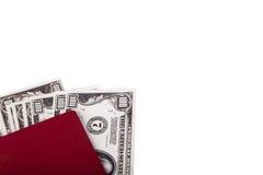 Hundert Dollar-Banknoten im Pass auf Weiß Stockfotos